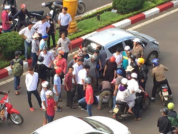 Va chạm giao thông, tài xế taxi cố tình cán gãy tay nam thanh niên 1
