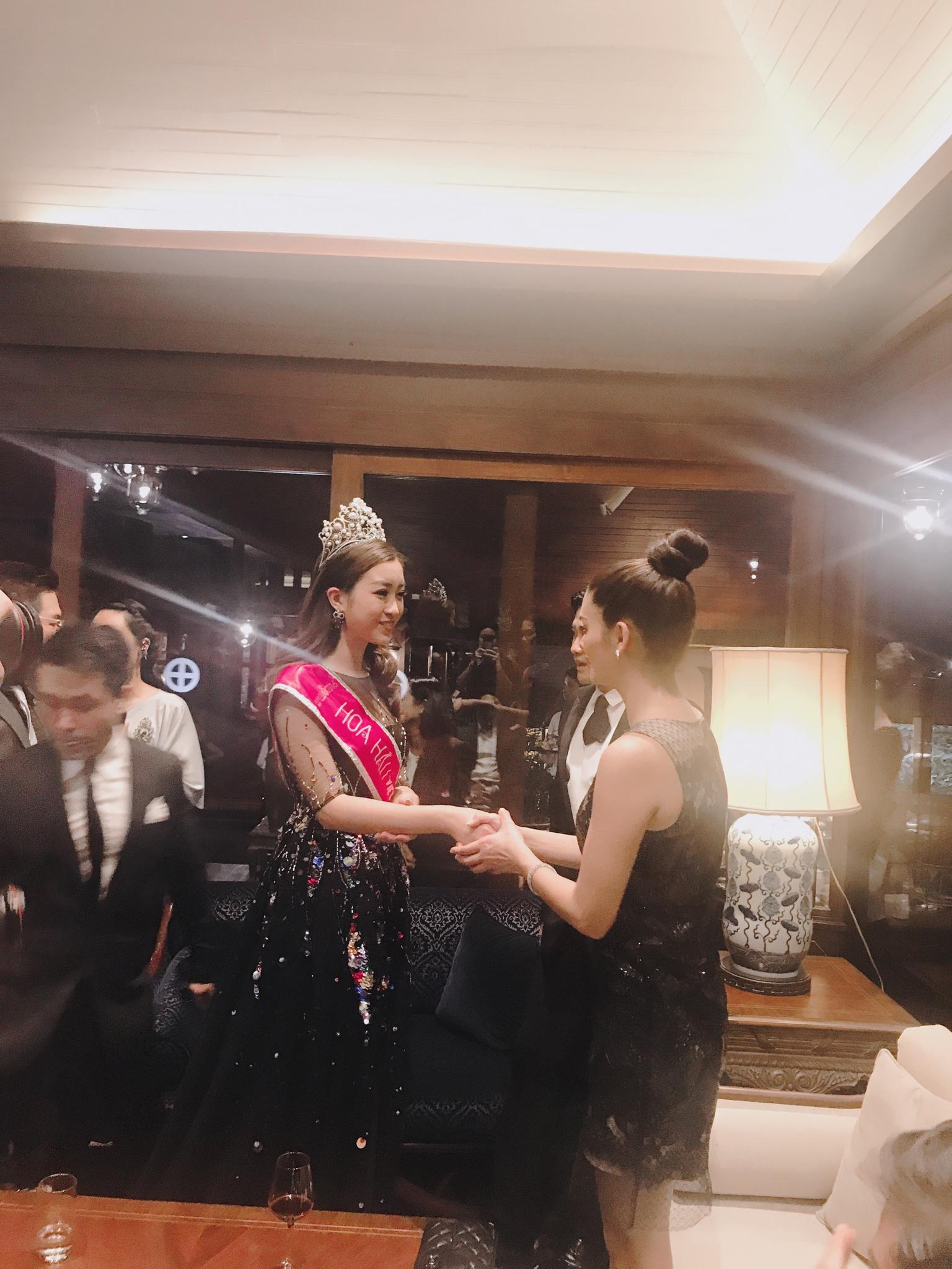 Hoa hậu Mỹ Linh đẹp lấn át Hoa hậu Hoàn vũ thế giới 2015 Pia Wurtzbach 8