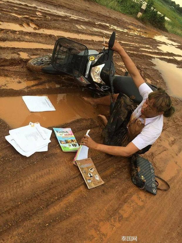 Nữ sinh bỗng nổi như cồn khi ngã vào vũng bùn trên đường ngày mưa vẫn quyết đem tấm thân lấm bẩn vào trường thi - Ảnh 1.