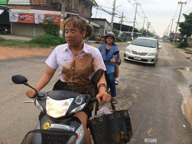 Nữ sinh bỗng nổi như cồn khi ngã vào vũng bùn trên đường ngày mưa vẫn quyết đem tấm thân lấm bẩn vào trường thi - Ảnh 3.