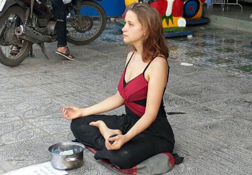 Cô gái ngoại quốc xinh đẹp ngồi thiền trên vỉa hè để xin tiền ở Phú Quốc 1
