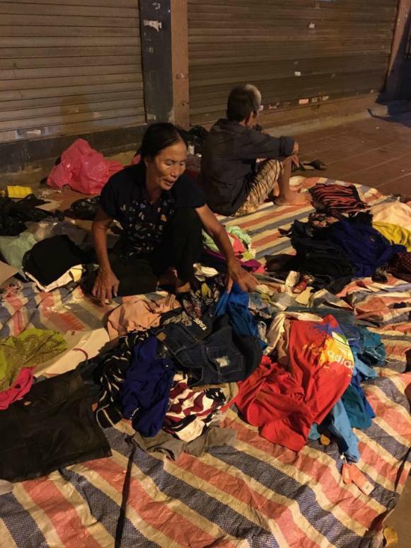Hình ảnh Người phụ nữ trộm quần áo hàng hiệu rồi ung dung ngồi bán trên vỉa hè số 2