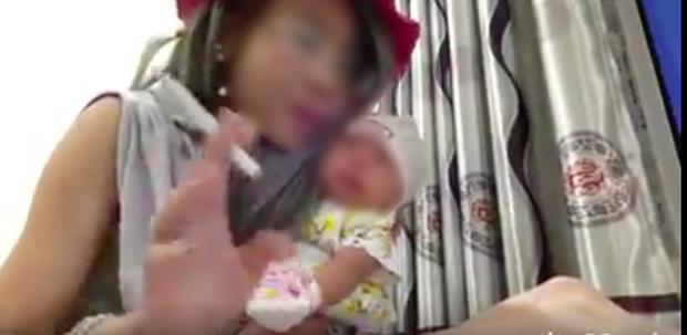 Phẫn nộ trước hình ảnh bố tiếp tay cho con gái nhỏ tuổi hút thuốc 4