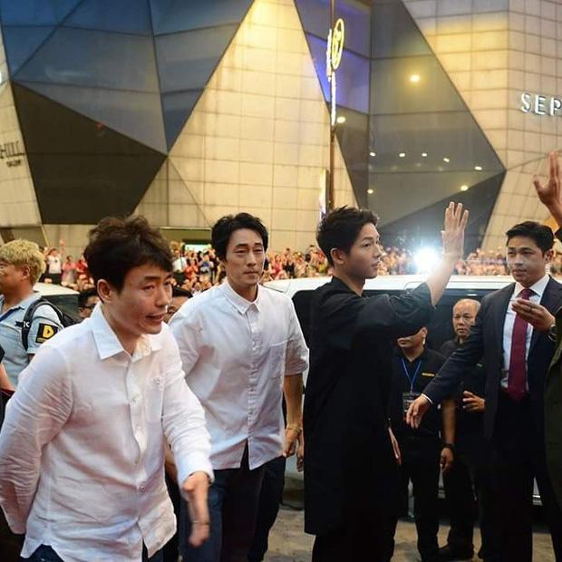 Đám đông 10.000 fan gây náo loạn vì đón Song Joong Ki và So Ji Sub 8