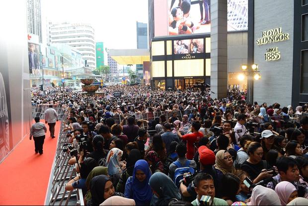 Đám đông 10.000 fan gây náo loạn vì đón Song Joong Ki và So Ji Sub 3