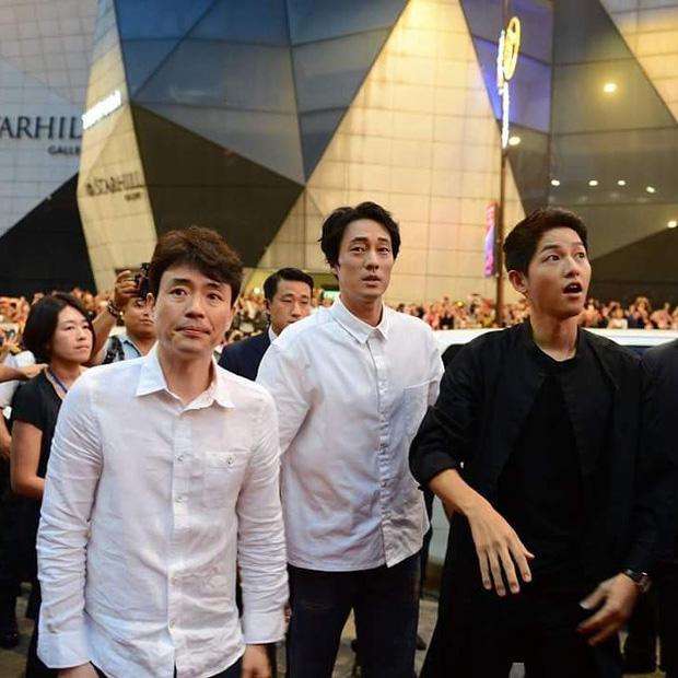 Đám đông 10.000 fan gây náo loạn vì đón Song Joong Ki và So Ji Sub 9