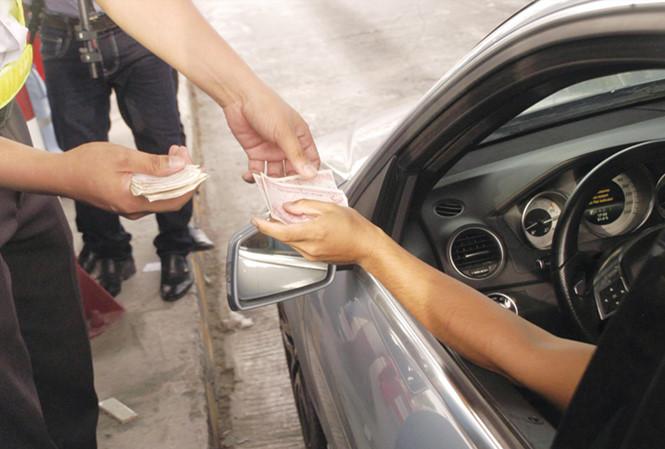 Trạm thu phí Cai Lậy tiếp tục ùn tắc do tài xế trả tiền lẻ 2