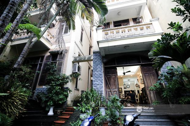 Lần đầu hé lộ ngôi nhà xinh xắn, rợp bóng cây xanh ngoài đời thật của ông trùm Phan Thị - NSND Hoàng Dũng 1