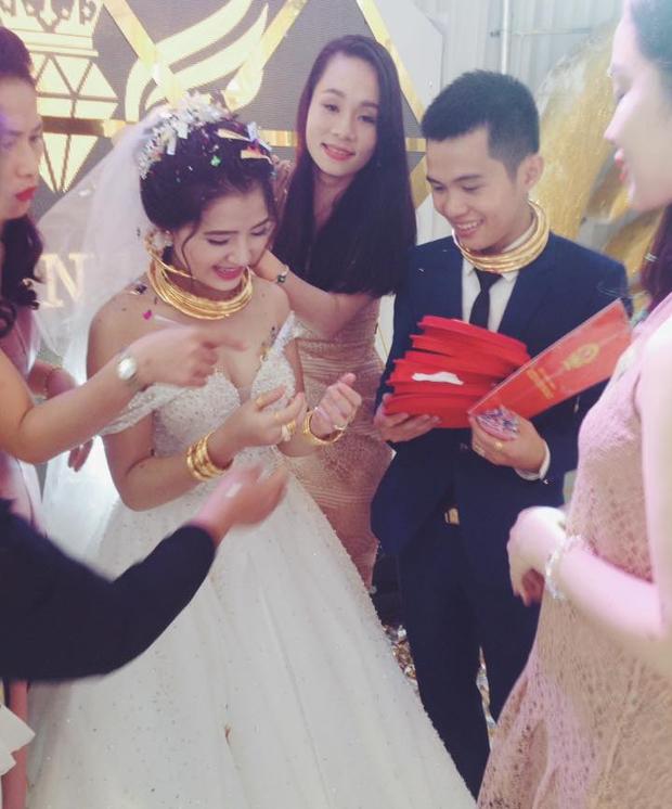 """Chú rể trong đám cưới siêu khủng ở Nghệ An: """"Chuyện trao vàng là tục lệ ở quê, chúng tôi không khoe khoang - Ảnh 2."""