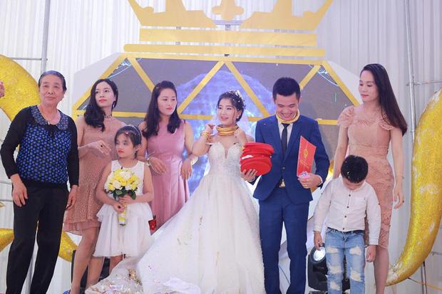 """Chú rể trong đám cưới siêu khủng ở Nghệ An: """"Chuyện trao vàng là tục lệ ở quê, chúng tôi không khoe khoang - Ảnh 3."""