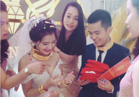 """Đời sống - Chú rể trong đám cưới siêu khủng ở Nghệ An: """"Chuyện trao vàng là tục lệ ở quê, chúng tôi không khoe khoang"""