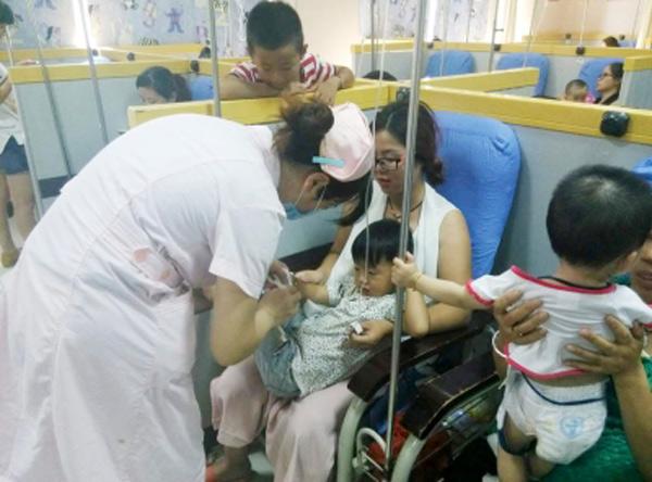 Cháu 7 tuổi bị liệt chân do ông nội cho uống bia 2