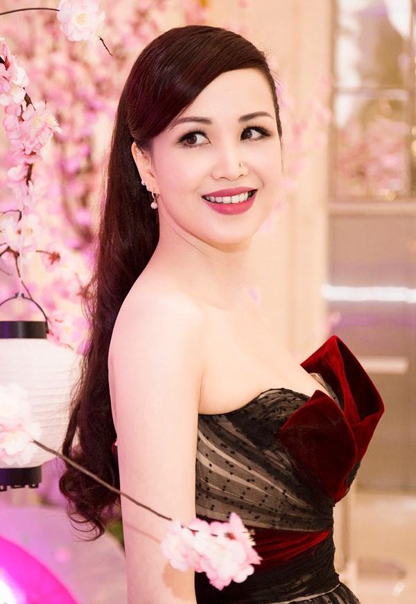 Nhan sắc không tuổi của Hoa hậu siêu ngoại ngữ nhất Việt Nam 1