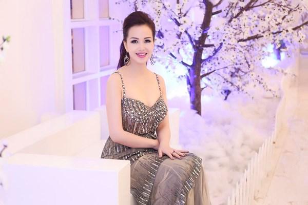 Nhan sắc không tuổi của Hoa hậu siêu ngoại ngữ nhất Việt Nam 11