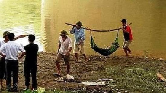Phát hiện thi thể nam thanh niên dính đầy bùn đất nổi trên sông ở Hà Nội 1