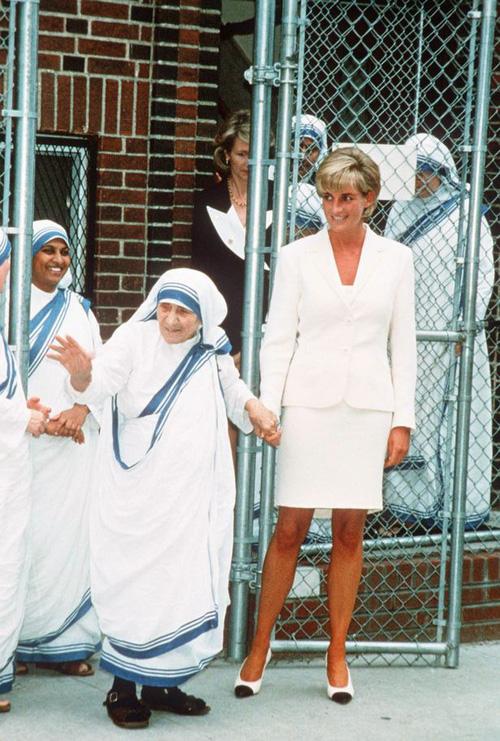 Phút lâm chung, Công nương Diana đã nắm chặt trong tay 2 vật này, khi được công bố đã khiến cả thế giới xót xa 2