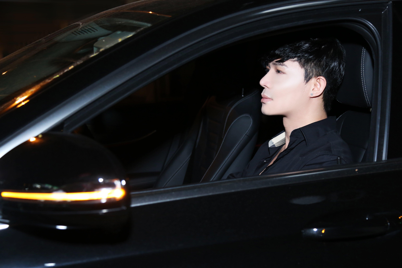Nathan Lee tự lái xe hơi đi ra mắt phim