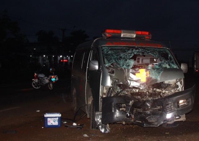 Xe cấp cứu tông trực diện xe máy lúc rạng sáng, 2 người thương vong 1