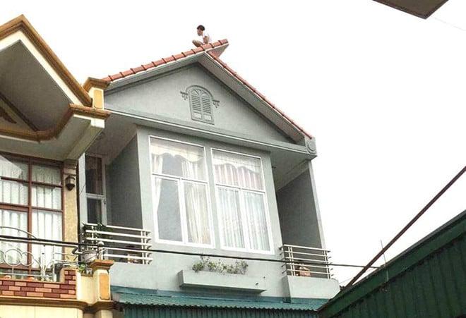 8 giờ cố thủ trên nóc nhà, người đàn ông nhảy xuống đất tử vong 1