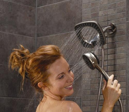 Hãy dừng ngay việc rửa mặt dưới vòi hoa sen! 1