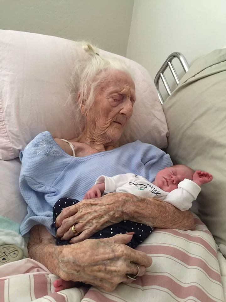 Hình Ảnh Xúc Động Trước Bức Hình Bà Cố 101 Tuổi Bồng Chắt Nhỏ Trên Tay