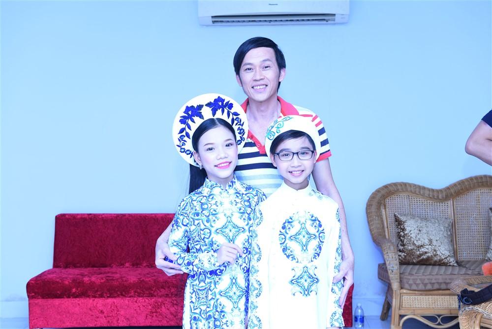 """Hình ảnh Dương Triệu Vũ """"năn nỉ""""Hoài Linh trợ diễn cho học trò trong đêm chung kết số 2"""