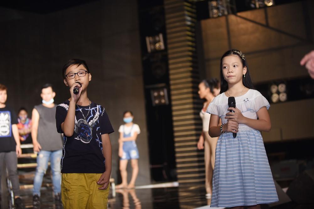 """Hình ảnh Dương Triệu Vũ """"năn nỉ""""Hoài Linh trợ diễn cho học trò trong đêm chung kết số 4"""