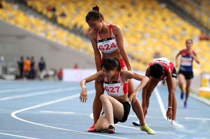 Xúc động trước cảnh VĐV giành HCV chạy 5.000 m dìu đồng đội cùng mừng chiến thắng 1