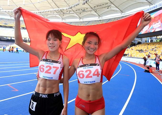 Xúc động trước cảnh VĐV giành HCV chạy 5.000 m dìu đồng đội cùng mừng chiến thắng 4