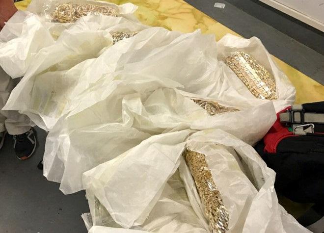 Bắt giữ 5 hành khách Việt Nam cất giấu quanh người hơn 20 kg vàng qua đường hàng không 1