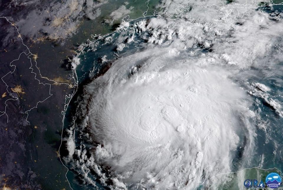 Người Mỹ gấp rút đối phó siêu bão Harvey mạnh nhất 12 năm qua 1