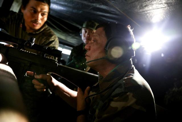 Tổng thống Philippines Duterte tự tay bắn tỉa phiến quân Hồi giáo 1