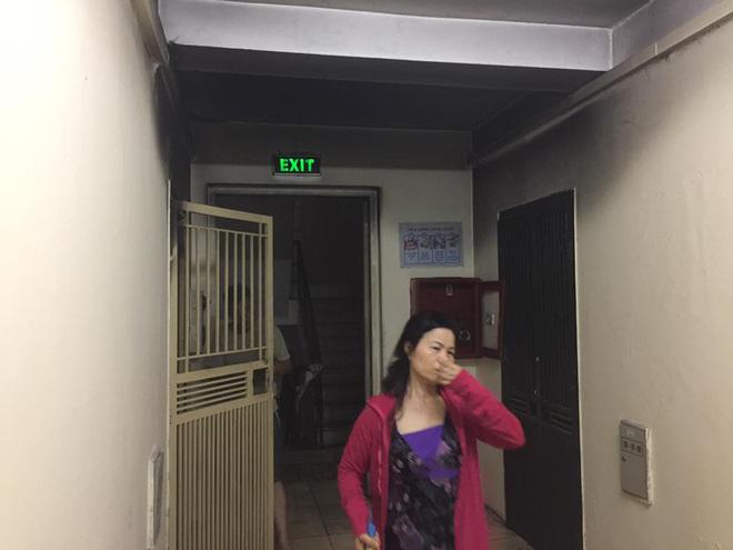 Hà Nội: Cháy chung cư lúc rạng sáng, hàng trăm cư dân đang ngủ bật dậy hò nhau chạy thoát nạn 5