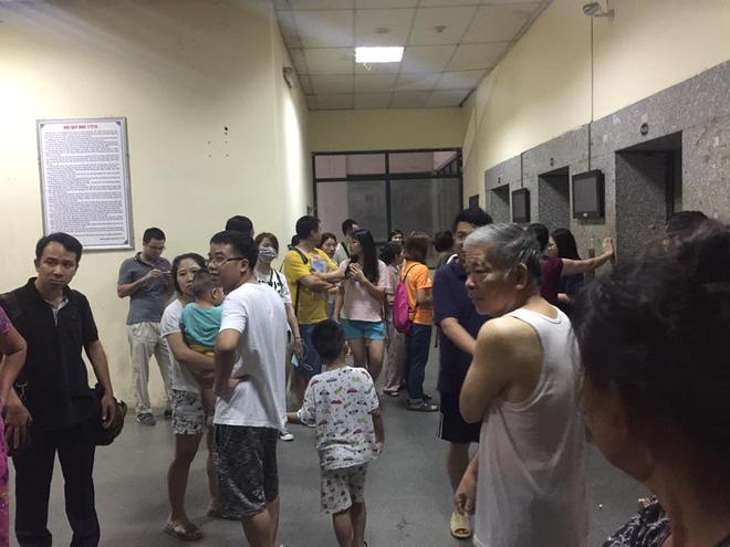 Hà Nội: Cháy chung cư lúc rạng sáng, hàng trăm cư dân đang ngủ bật dậy hò nhau chạy thoát nạn 1