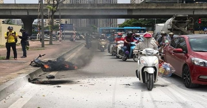 Xe ôm Grab bất ngờ bốc cháy dữ dội trên phố Hà Nội 1