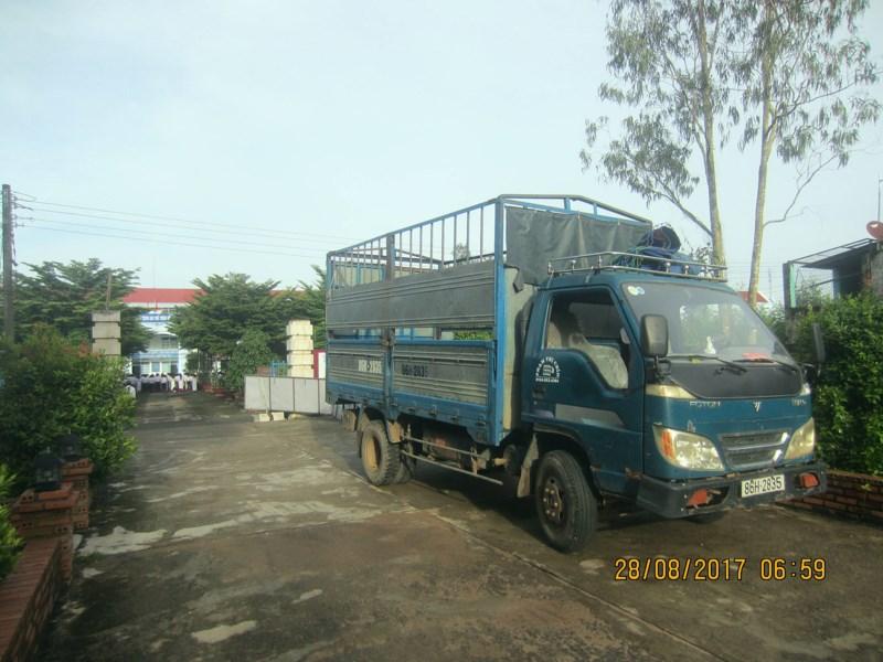 Xe tải kéo sập đầu trụ cổng trường khiến 2 em học sinh bị thương nặng 1