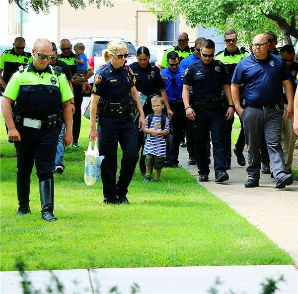 Cậu bé 4 tuổi được 18 nhân viên cảnh sát âm thầm đưa đến trường 2