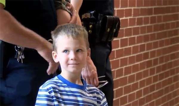 Cậu bé 4 tuổi được 18 nhân viên cảnh sát âm thầm đưa đến trường 1