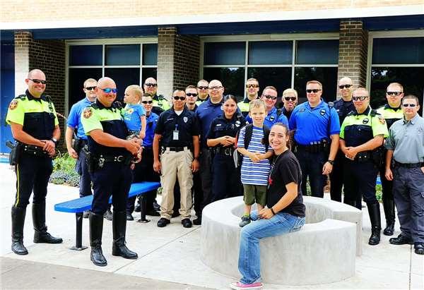 Cậu bé 4 tuổi được 18 nhân viên cảnh sát âm thầm đưa đến trường 3