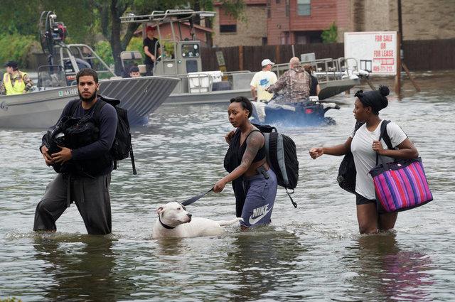 Siêu bão Harvey càn quét, Mỹ huy động xe bọc thép sơ tán dân 5