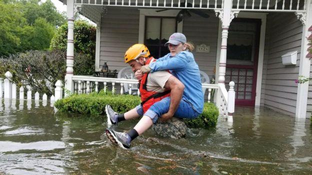Siêu bão Harvey càn quét, Mỹ huy động xe bọc thép sơ tán dân 9