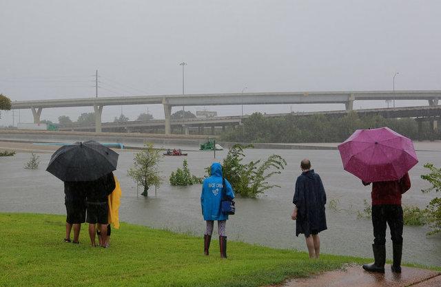 Siêu bão Harvey càn quét, Mỹ huy động xe bọc thép sơ tán dân 10
