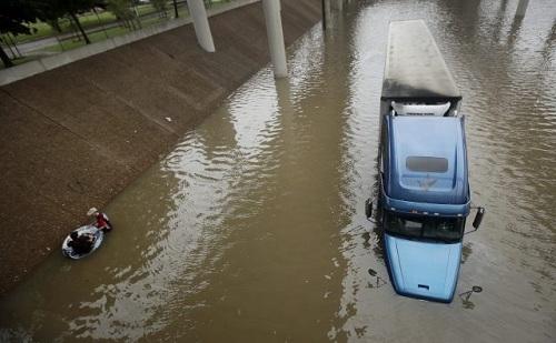 Bão Harvey tàn phá Texas: 6 người chết đuối trong chiếc xe bị lũ cuốn trôi 1