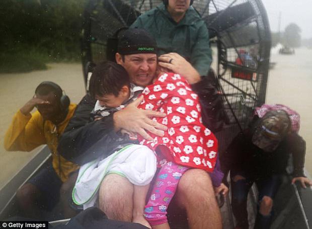 Những người hùng thầm lặng đi cứu người trong bão Harvey  6
