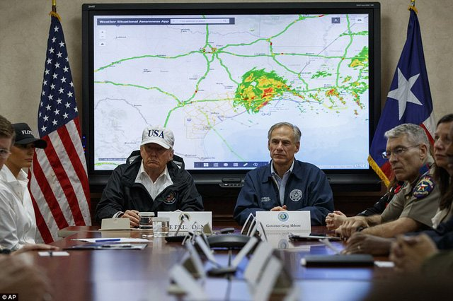 Hình ảnh Bão Harvey: Tổng thống Trump đến vùng tâm bão lũ ở Texas số 4