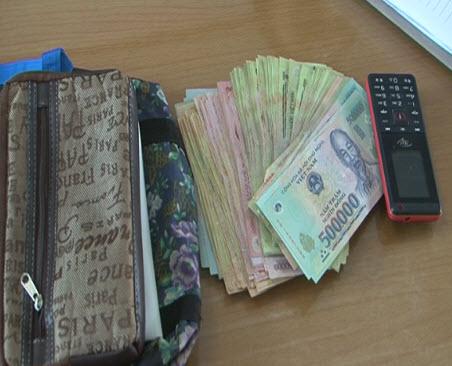 Hàng chục người dân truy đuổi bắt giữ tên trộm túi xách của tiểu thương 2