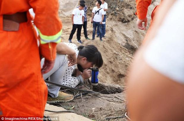 Màn giải cứu bé trai 20 tháng tuổi rơi xuống giếng sâu 45m hơn 10 tiếng đồng hồ 3