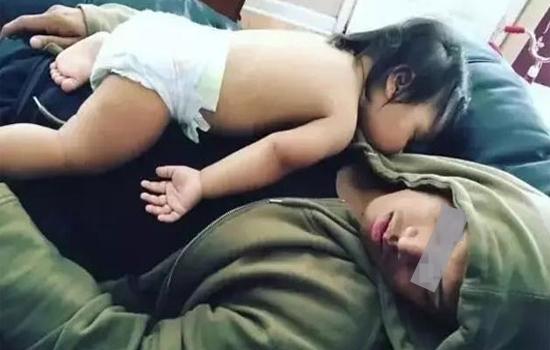 Hình ảnh Sự ân hận của người cha khi bế con nằm úp mặt ru ngủ số 1