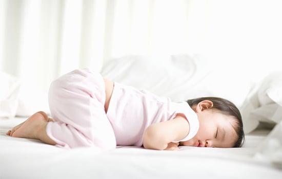 Hình ảnh Sự ân hận của người cha khi bế con nằm úp mặt ru ngủ số 2