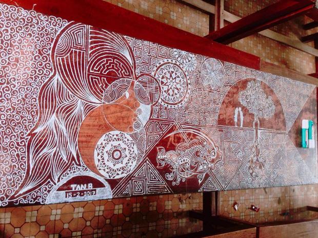 Hình ảnh Đà Nẵng: Chỉ với 1 cây bút xóa, nam sinh 9X vẽ hàng chục bức tranh ấn tượng lên bàn học số 4